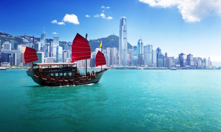 Hong Kong båd foran byen
